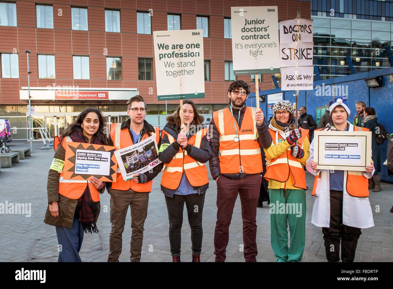I medici iniziano il loro 24 hr lo sciopero e forma una linea di picchetto fuori del Royal Hospital di Londra a Immagini Stock
