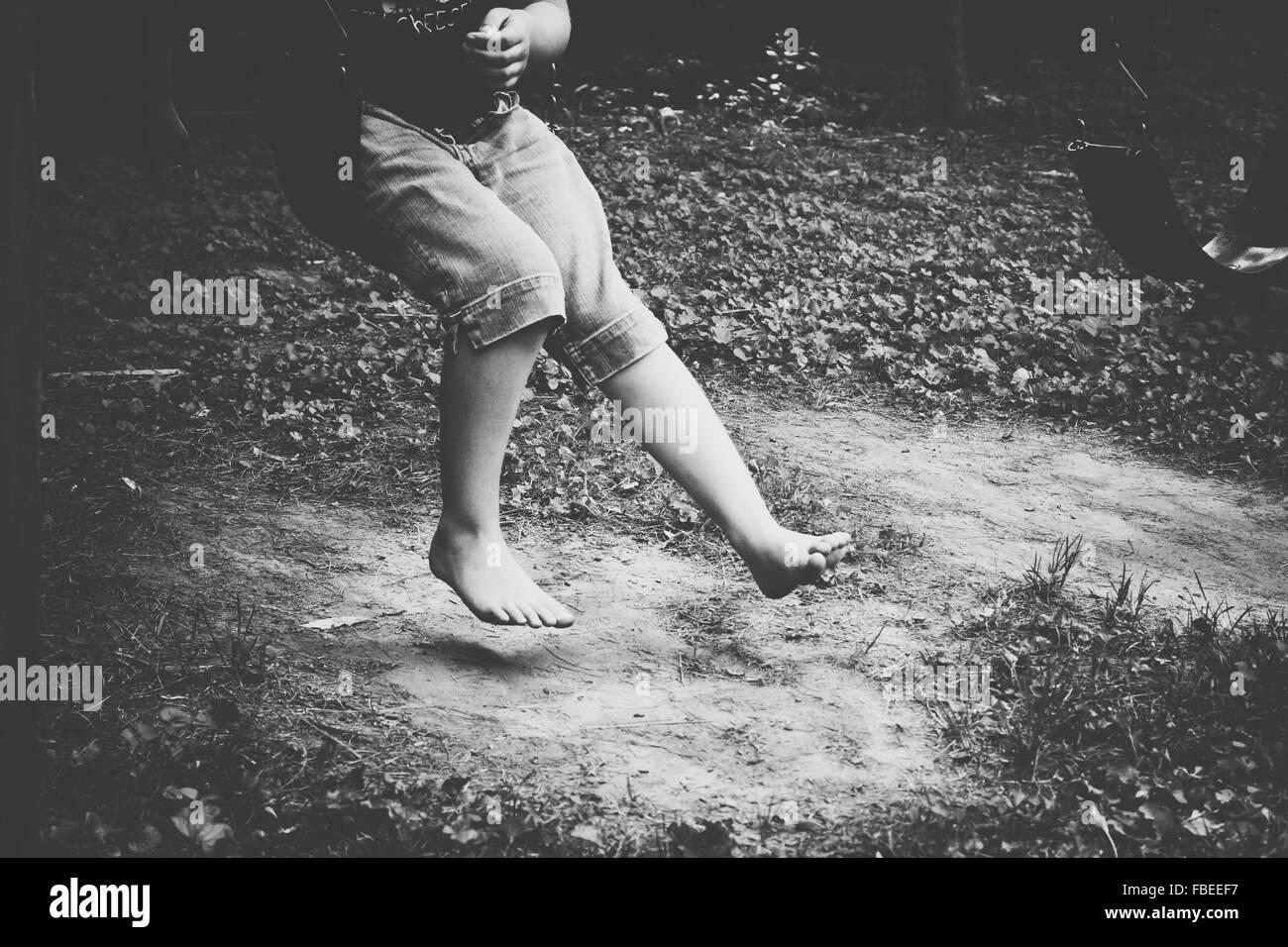 Sezione bassa di un ragazzo salta all'aperto Immagini Stock