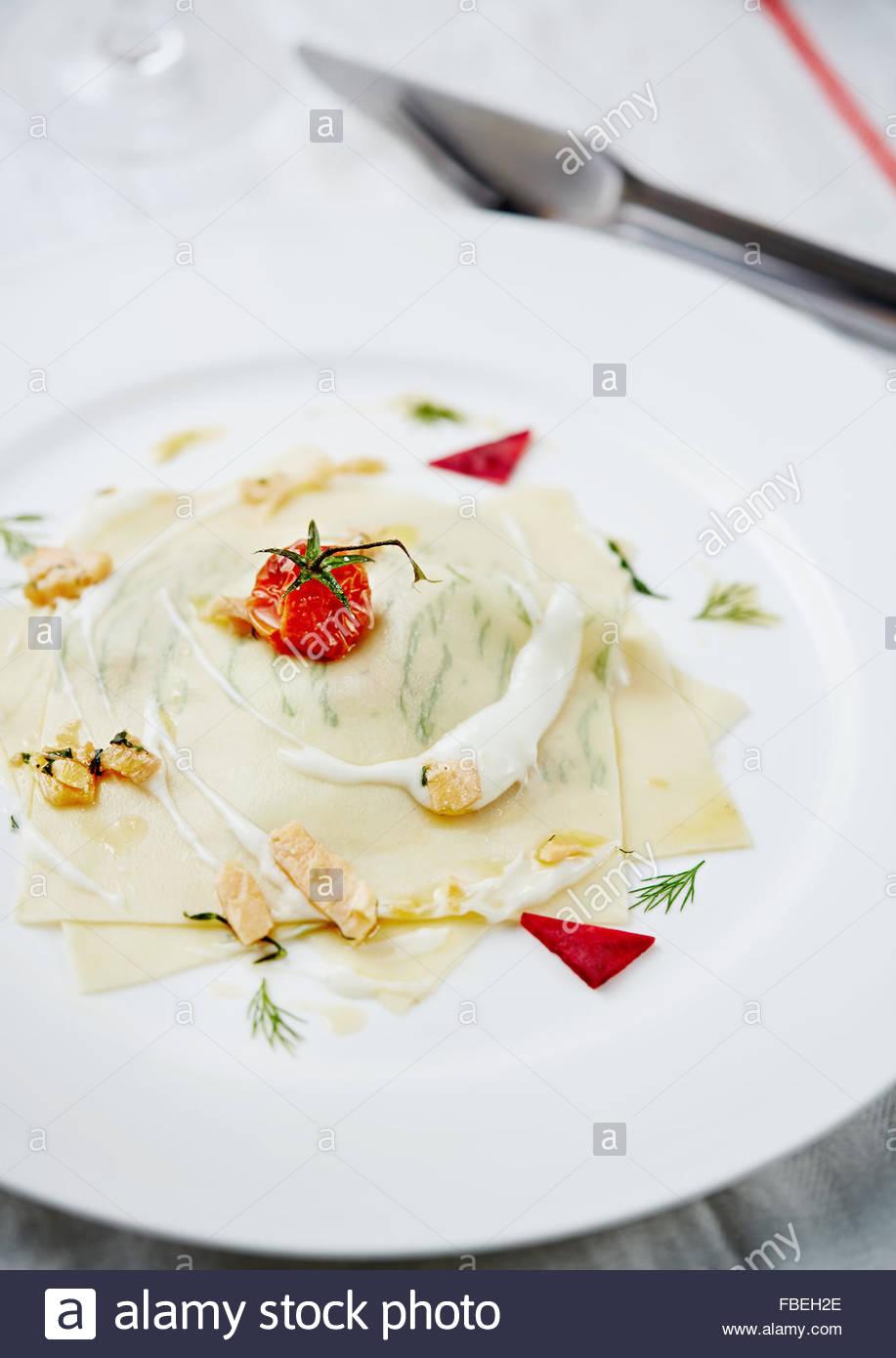 Il moderno modo di lasagne con trote. Il ristorante serve. Immagini Stock