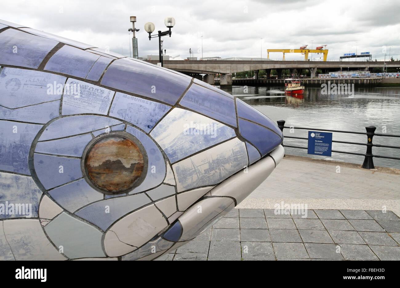 Il grande pesce mosaico ceramico sulle rive del fiume Lagan a Belfast. Il mosaico è da John gentilezza. Immagini Stock