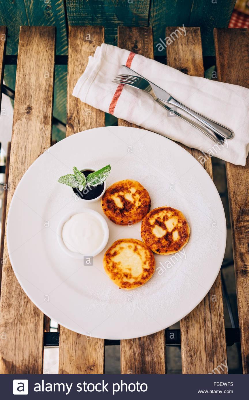 Frittelle di formaggio con panna acida Immagini Stock