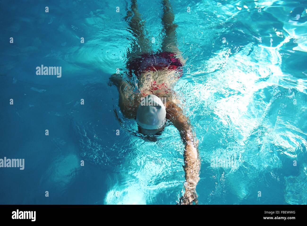 Elevato angolo di visione della donna in piscina Immagini Stock