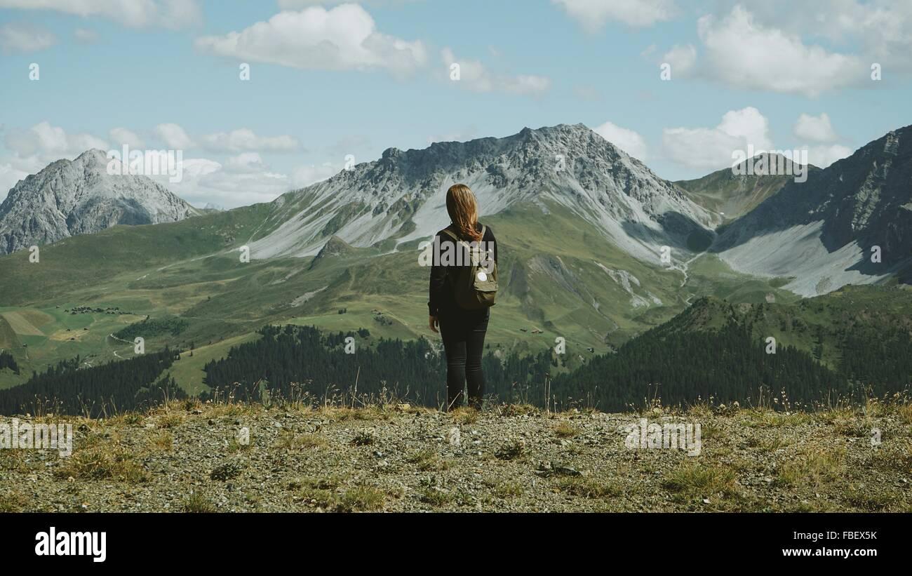 Vista posteriore della donna escursioni sulle montagne Immagini Stock