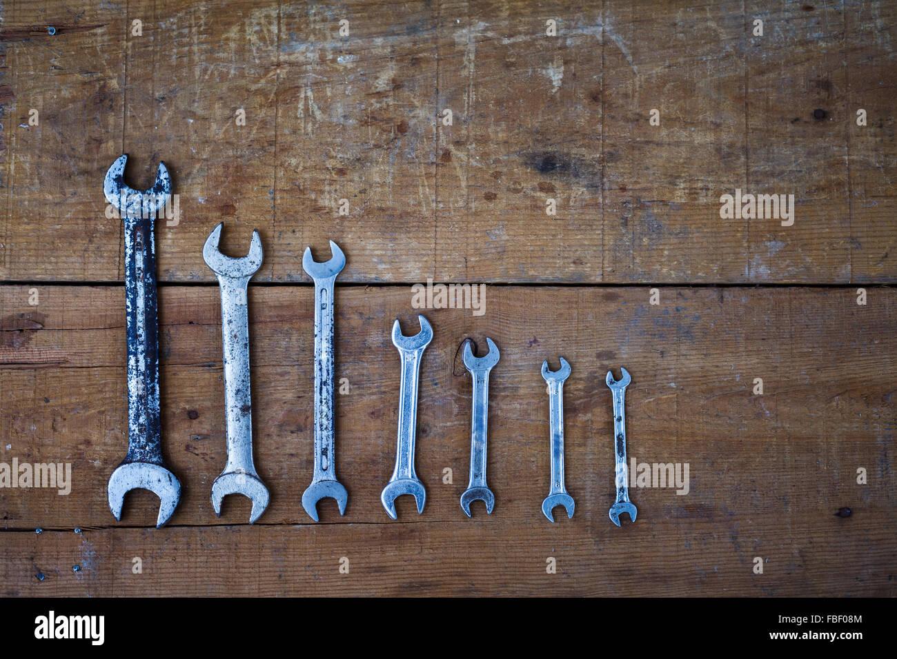 Direttamente sopra il colpo di varie chiavi su un tavolo di legno Immagini Stock