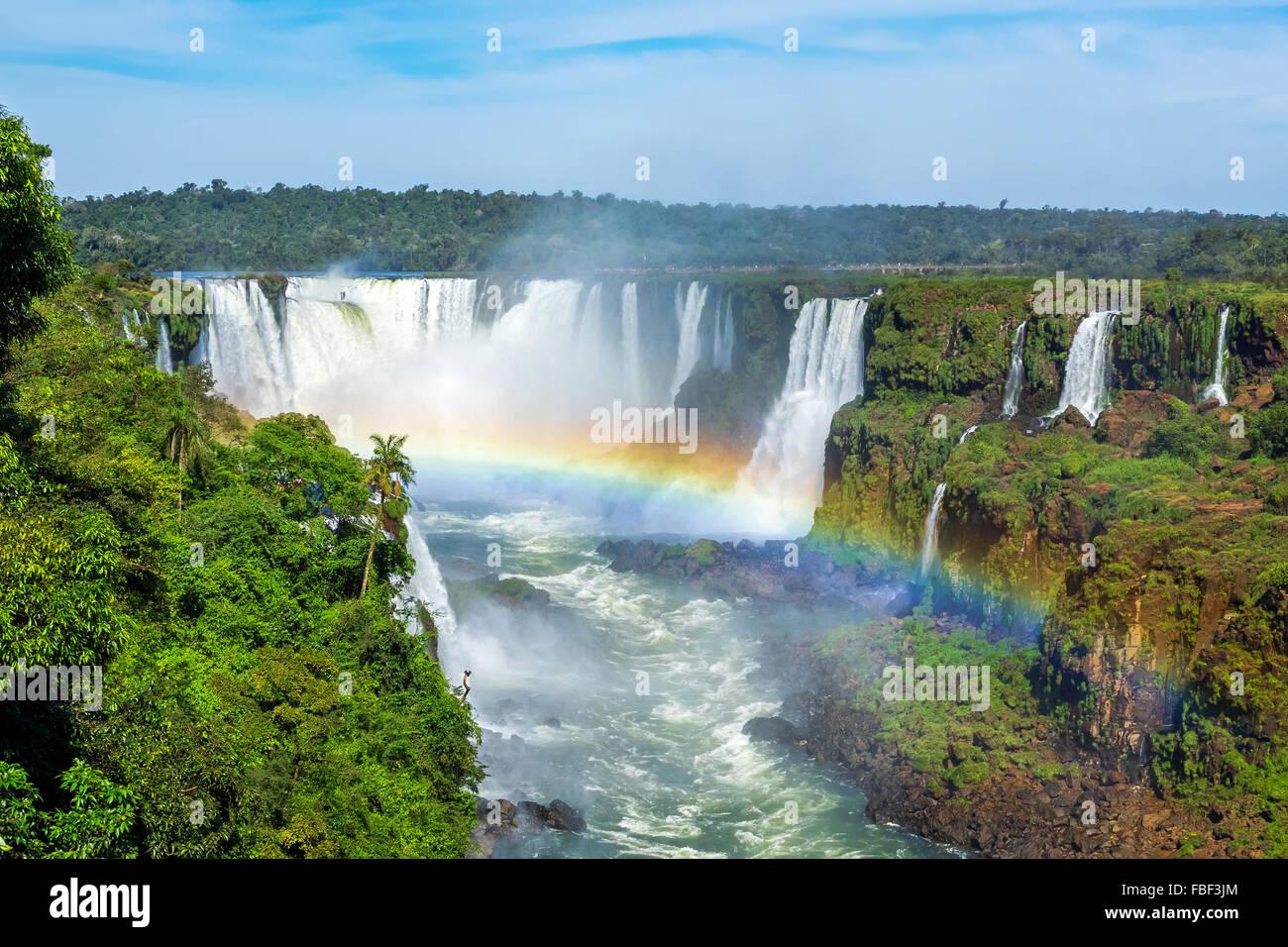 Rainbow a Iguazu Falls, sul confine di Argentina e Brasile. Foto Stock