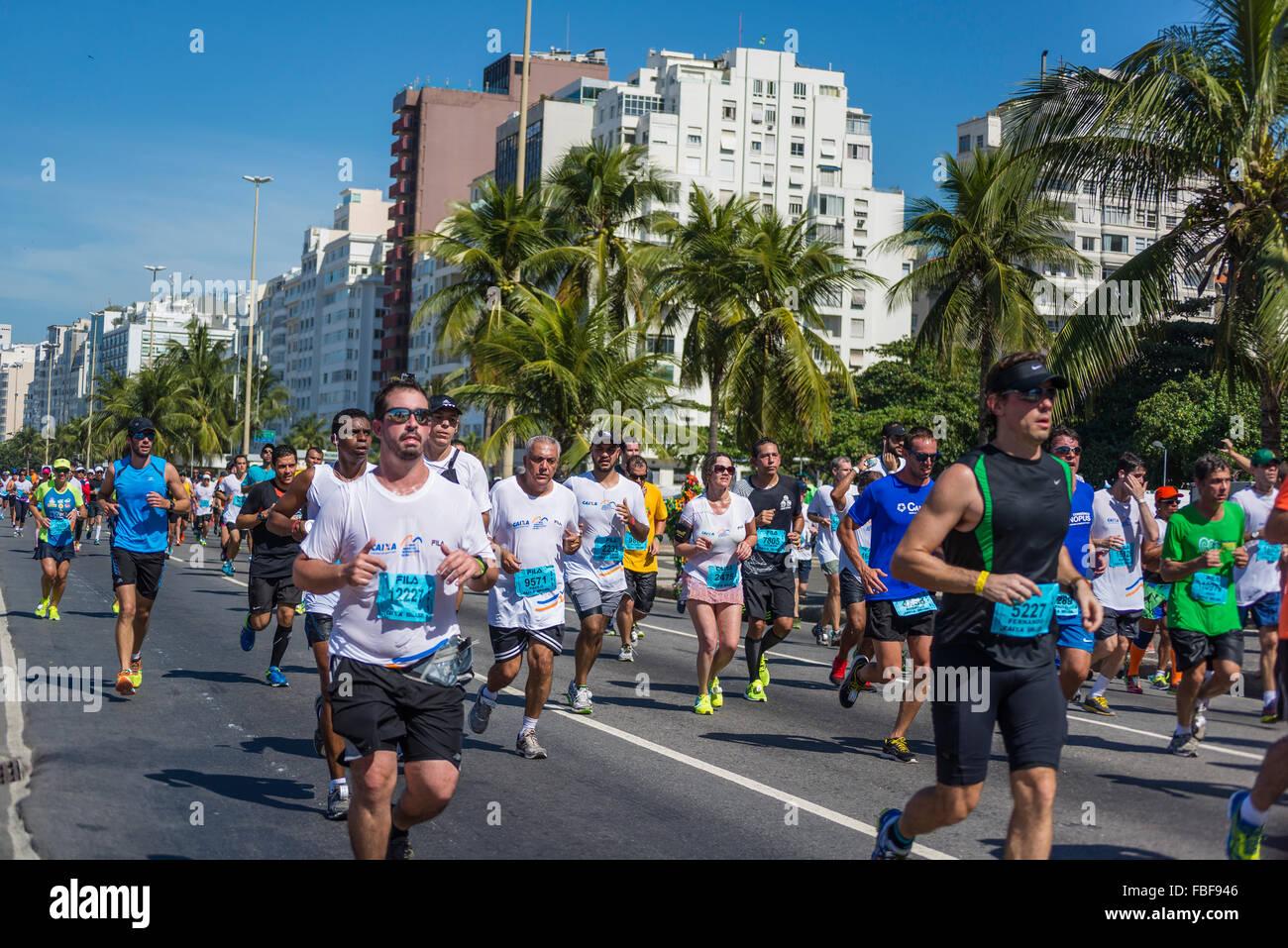 Agosto 2015 mezza maratona attraversa Copacabana, Rio de Janeiro, Brasile Immagini Stock