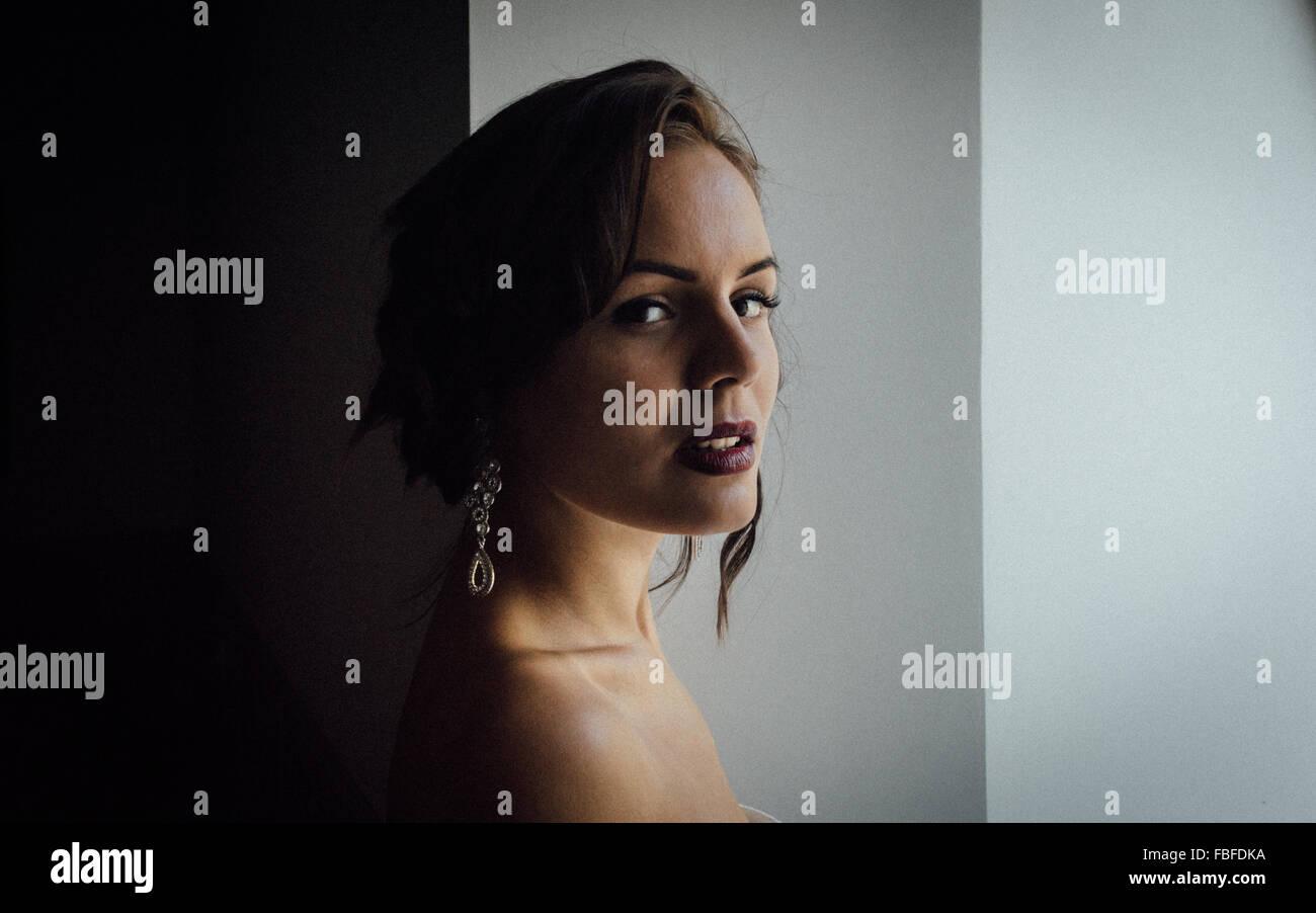 Ritratto di fiducioso giovane donna contro la parete Immagini Stock