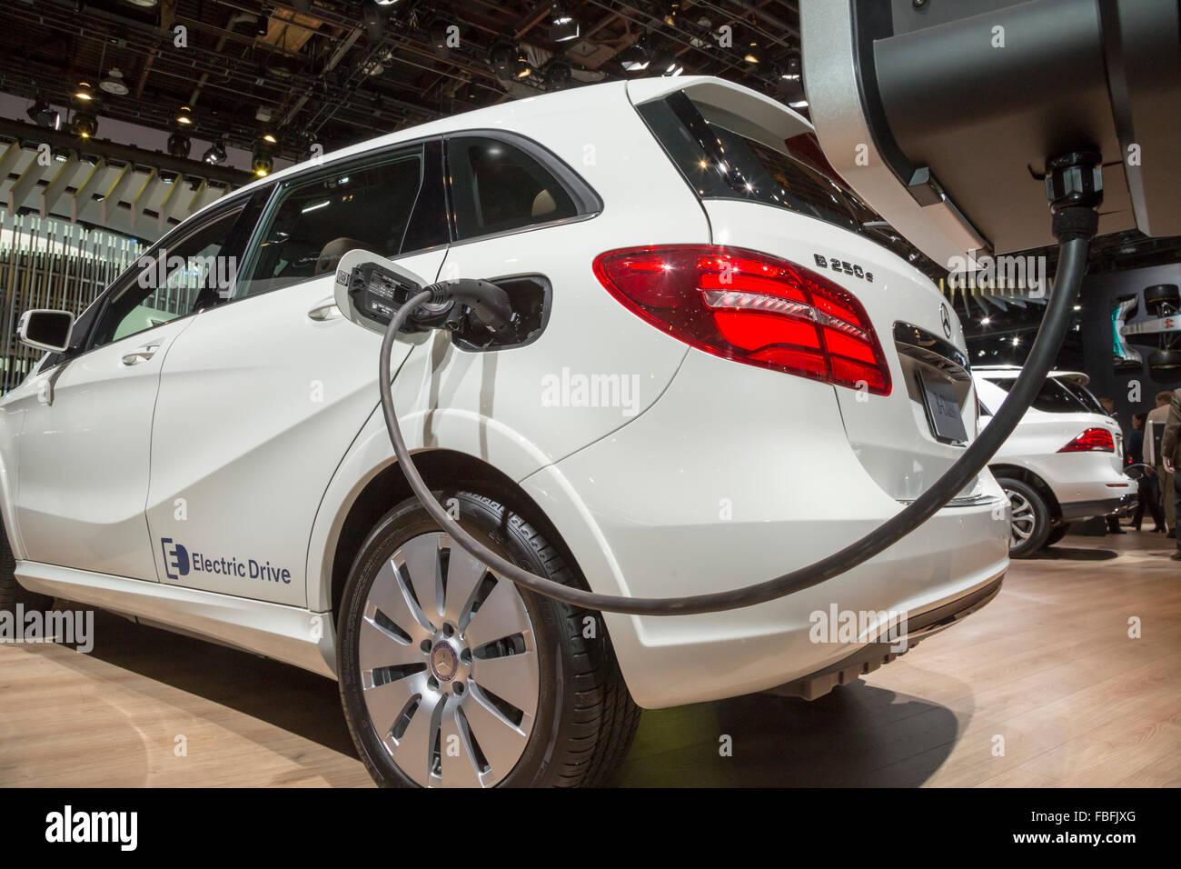 Detroit, Michigan - Mercedes B250e auto elettriche sul display al North American International Auto Show. Immagini Stock