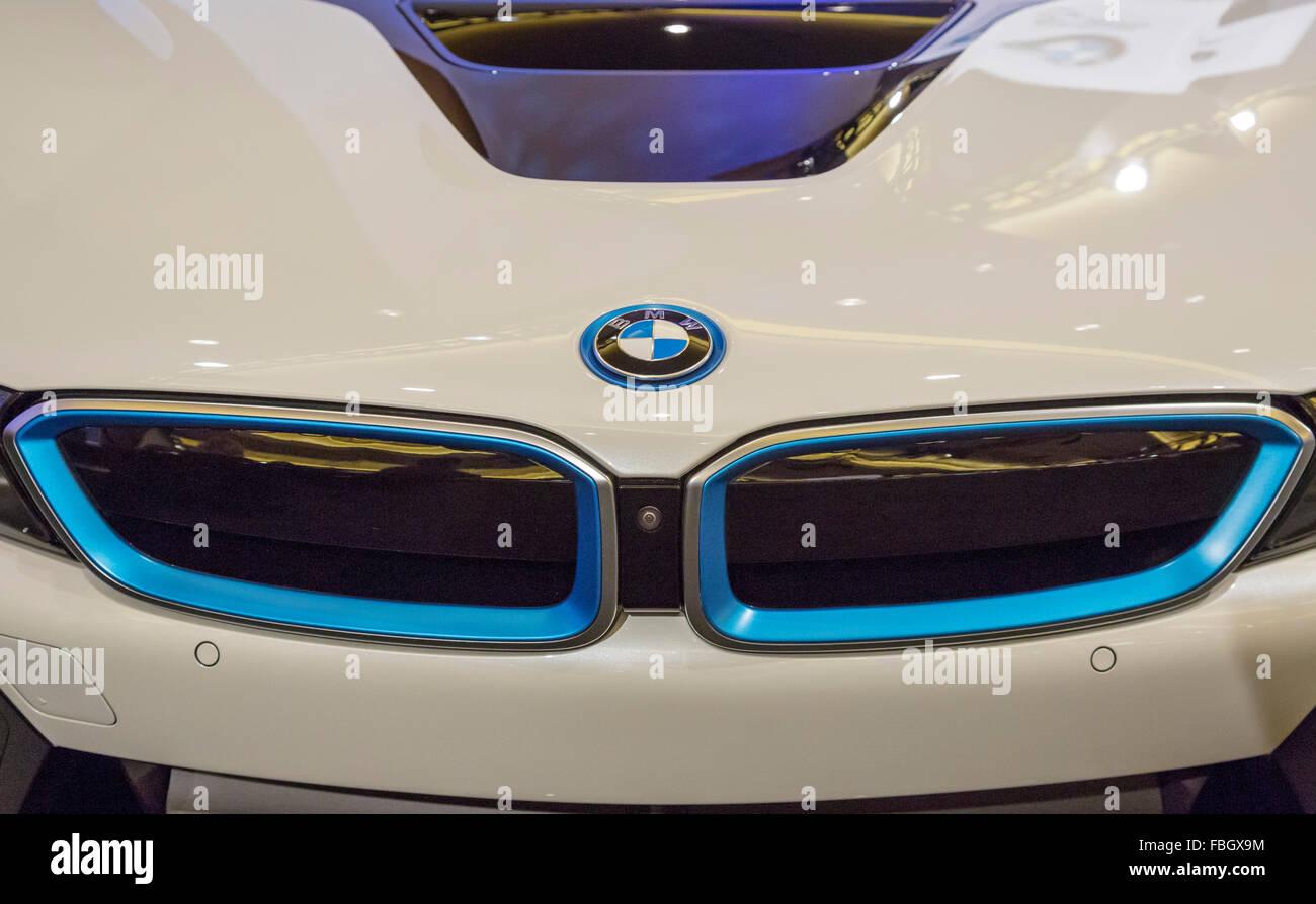 Detroit, Michigan - La BMW i8 ibrido plug-in in una collezione di ultra-auto di lusso sul display durante la Detroit Immagini Stock