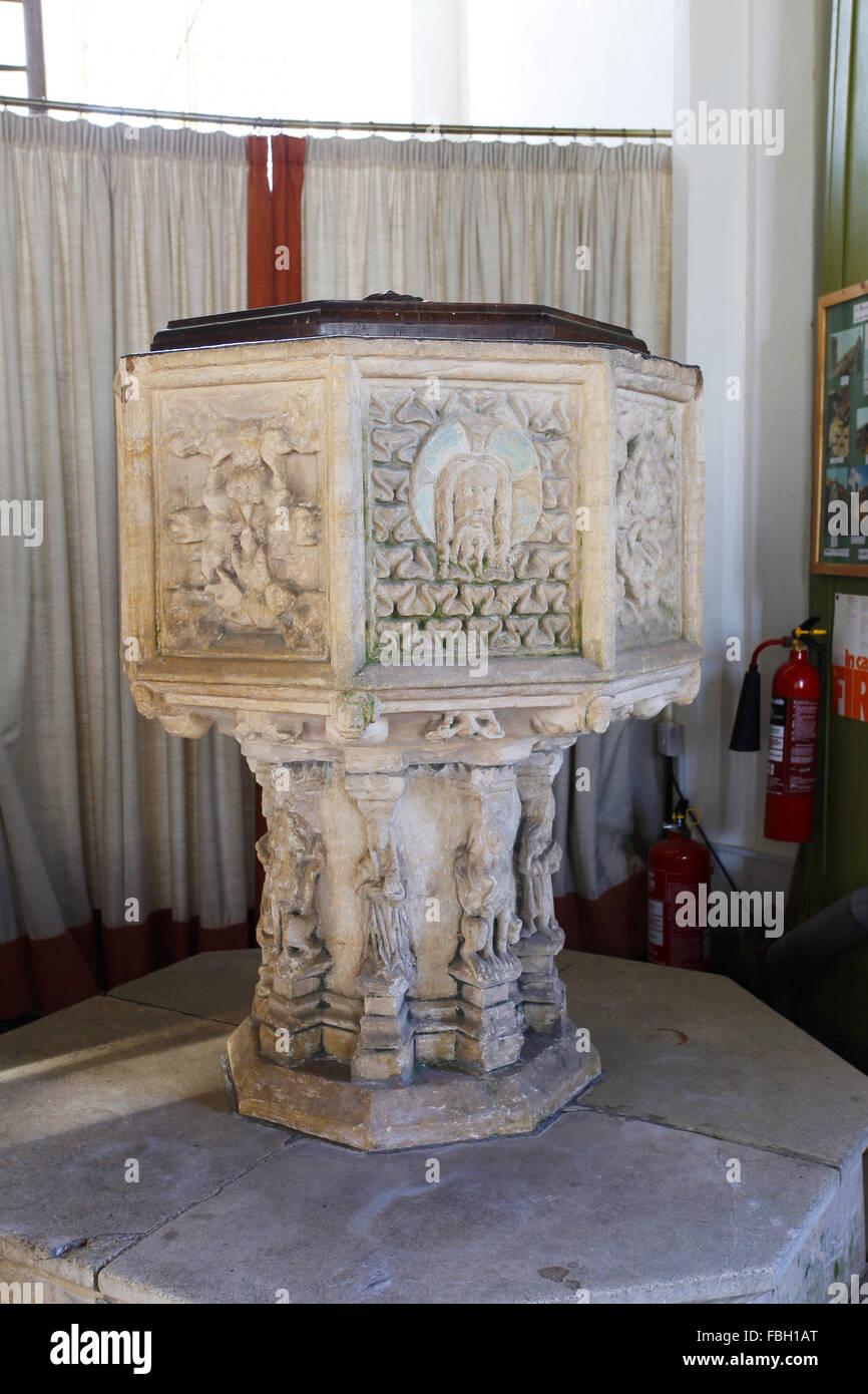 Il XIV secolo font, la chiesa di San Michele, Irstead, Norfolk Immagini Stock