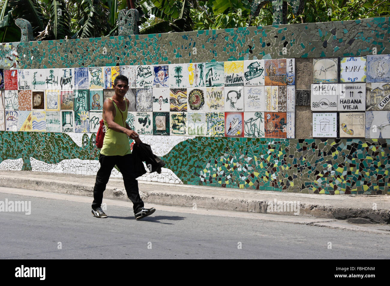Le piastrelle di ceramica e mosaico sulla parete nel quartiere