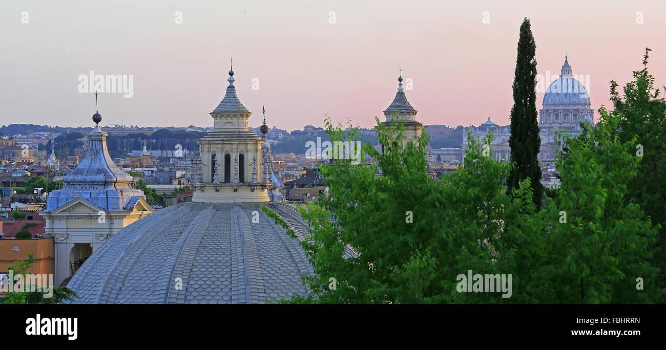 Cupole di Santa Maria chiese (e la Basilica di San Pietro sullo sfondo) al tramonto, Roma, Italia. Vista da Pinicio Immagini Stock