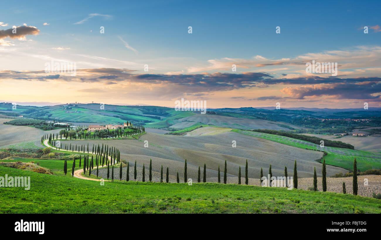 Fantastico soleggiato campo rientrano in Italia, Toscana paesaggio. Immagini Stock
