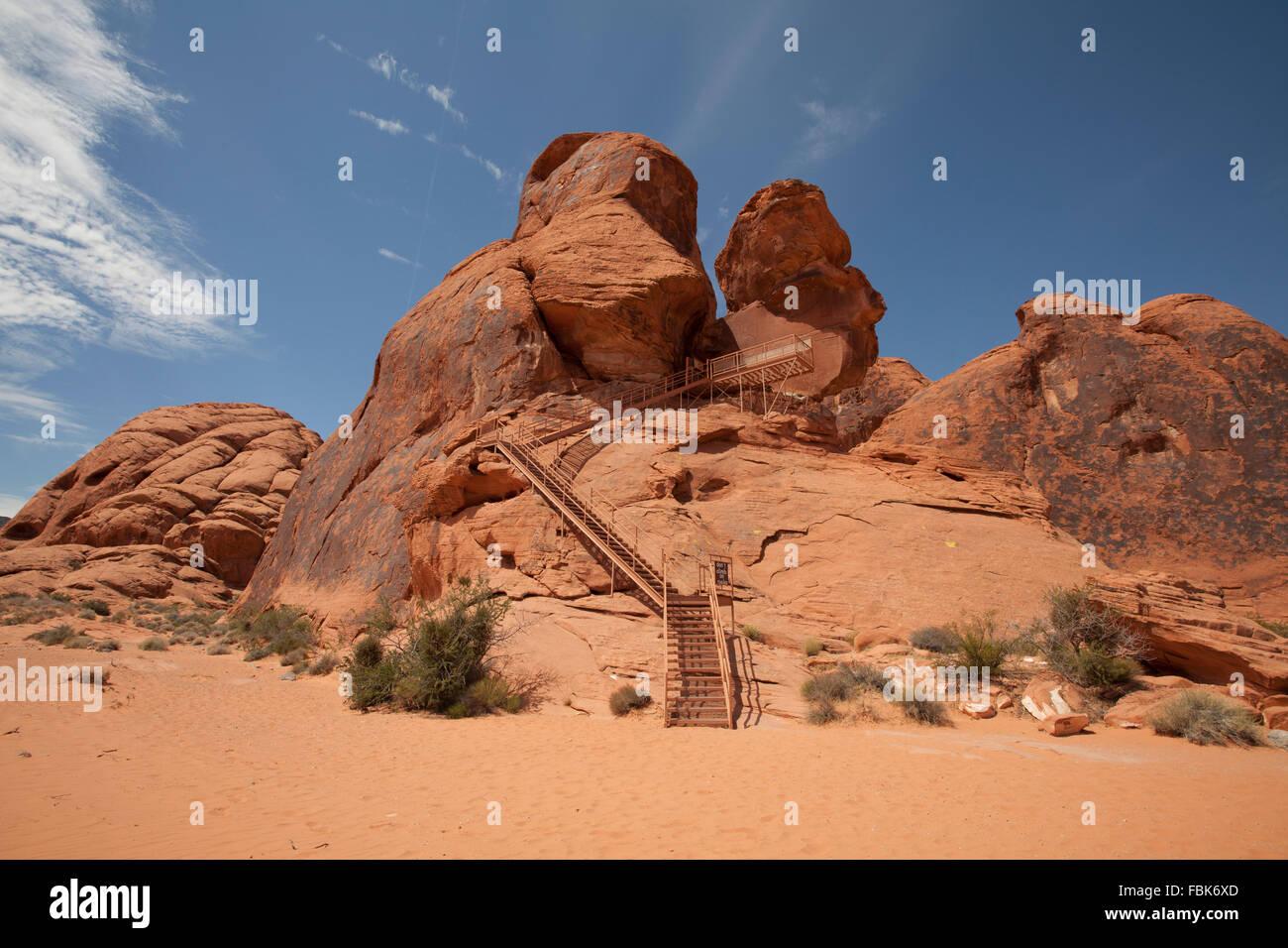 Passi fino Atlatl Rock per incisioni rupestri, arte indiana, il parco della Valle di Fire State, Nevada Immagini Stock