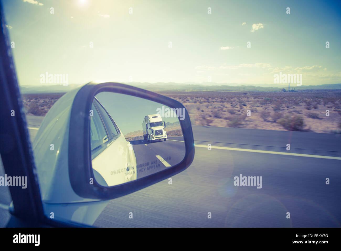 La riflessione di grande camion in specchietto laterale su di noi freeway. Immagini Stock