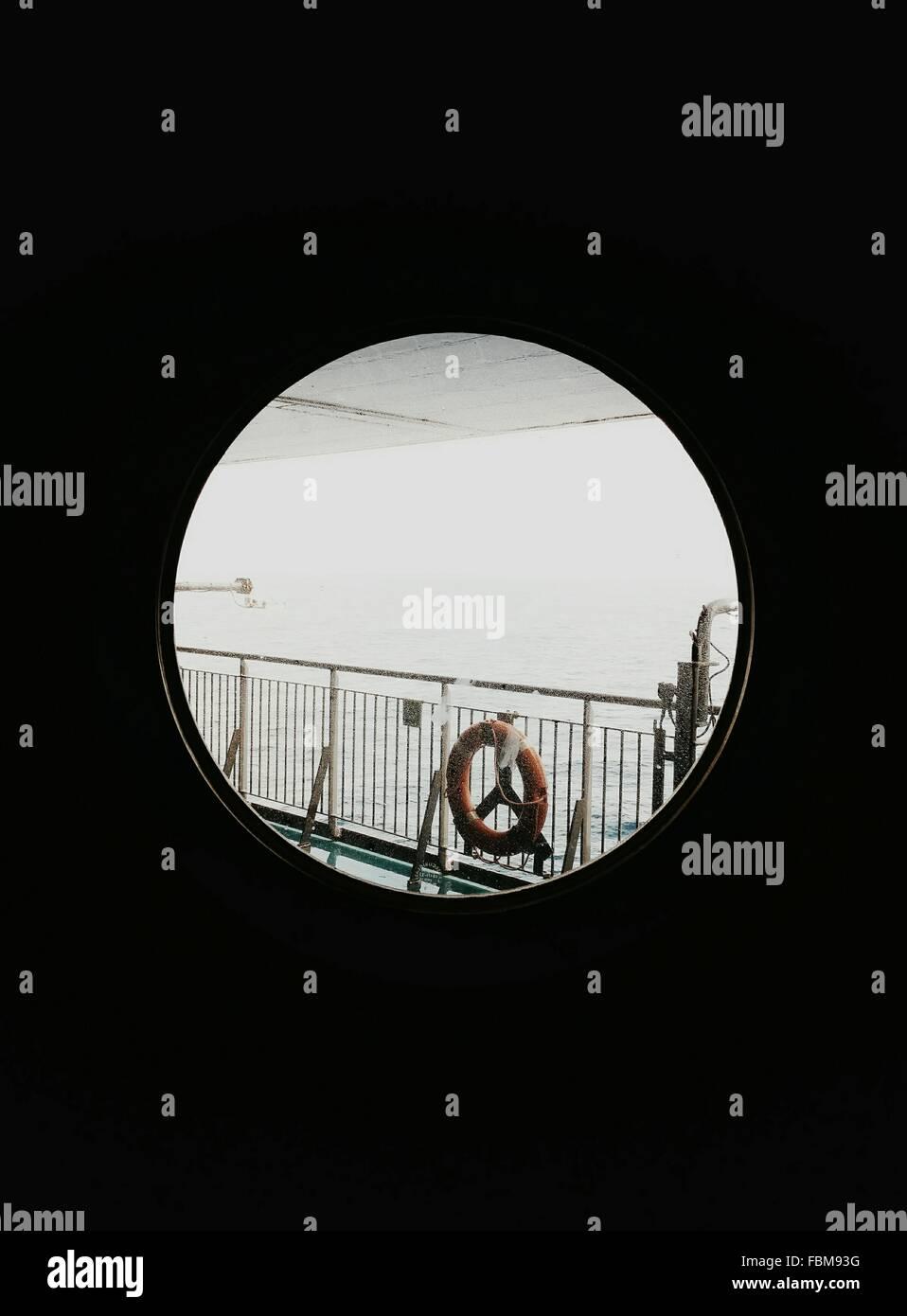 Vista di anello di sicurezza sulla ringhiera se finestra rotonda Immagini Stock