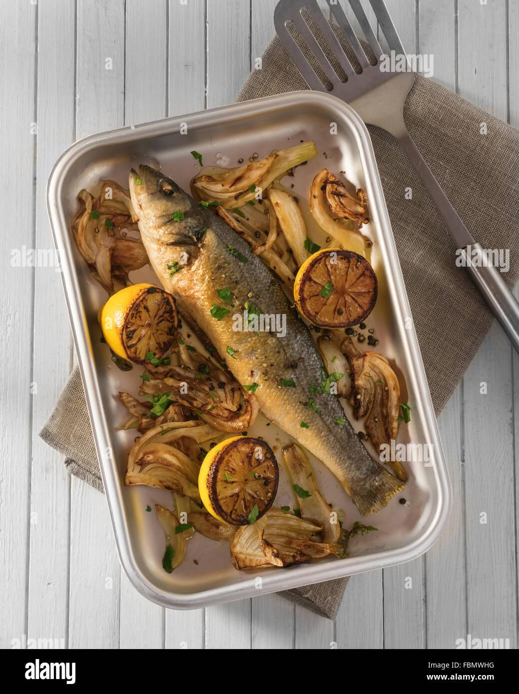 Cotto al forno il branzino con finocchio e limone Foto Stock