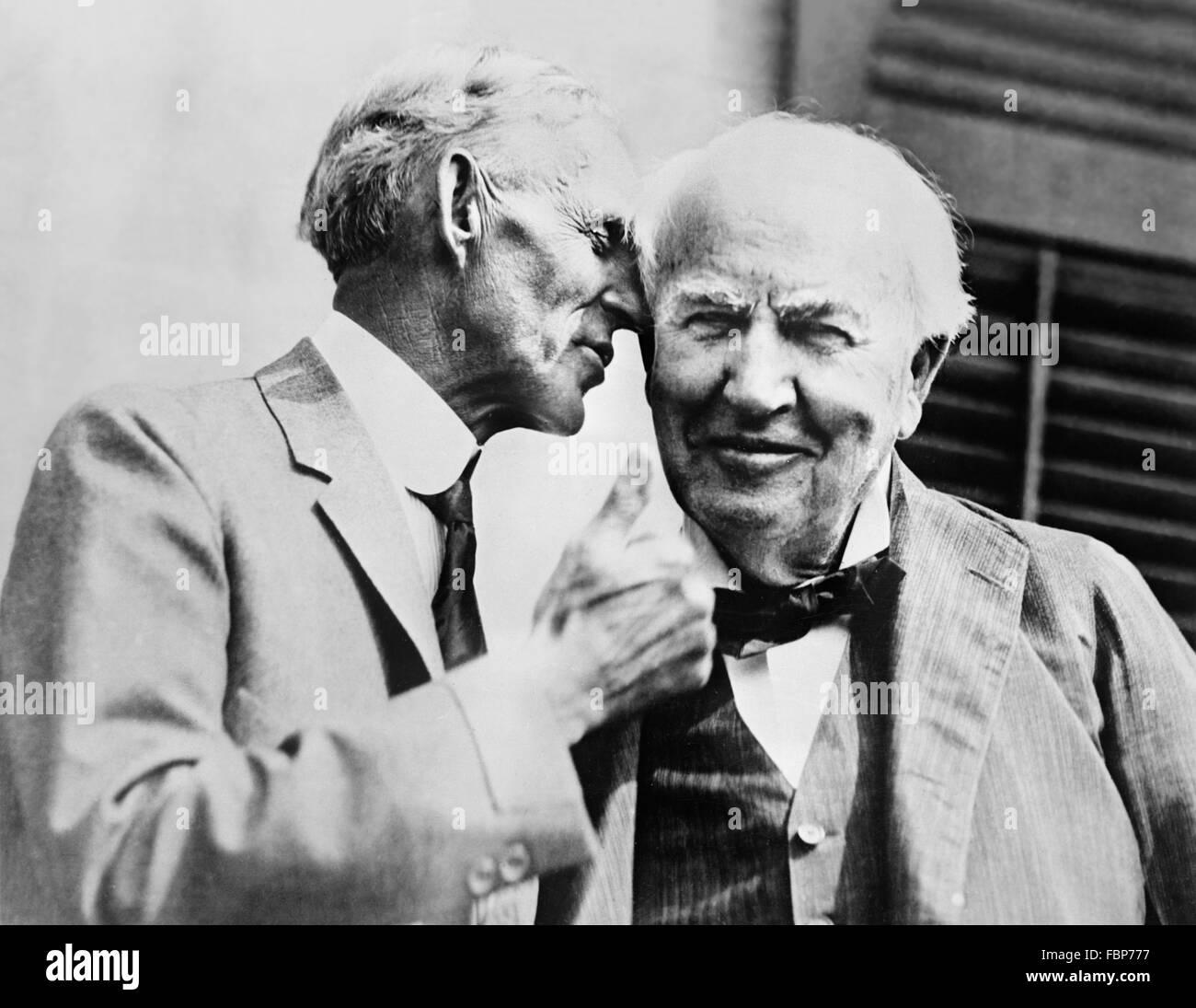 Pioniere di automobili Henry Ford parlando di inventore Thomas Alva Edison, c.1930 Immagini Stock