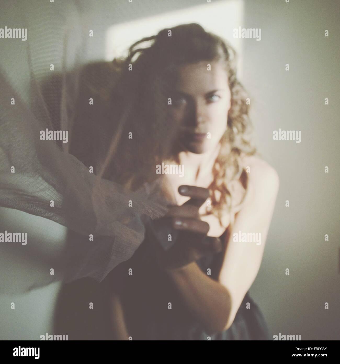 Ritratto di giovane donna Holding tessuto trasparente Immagini Stock