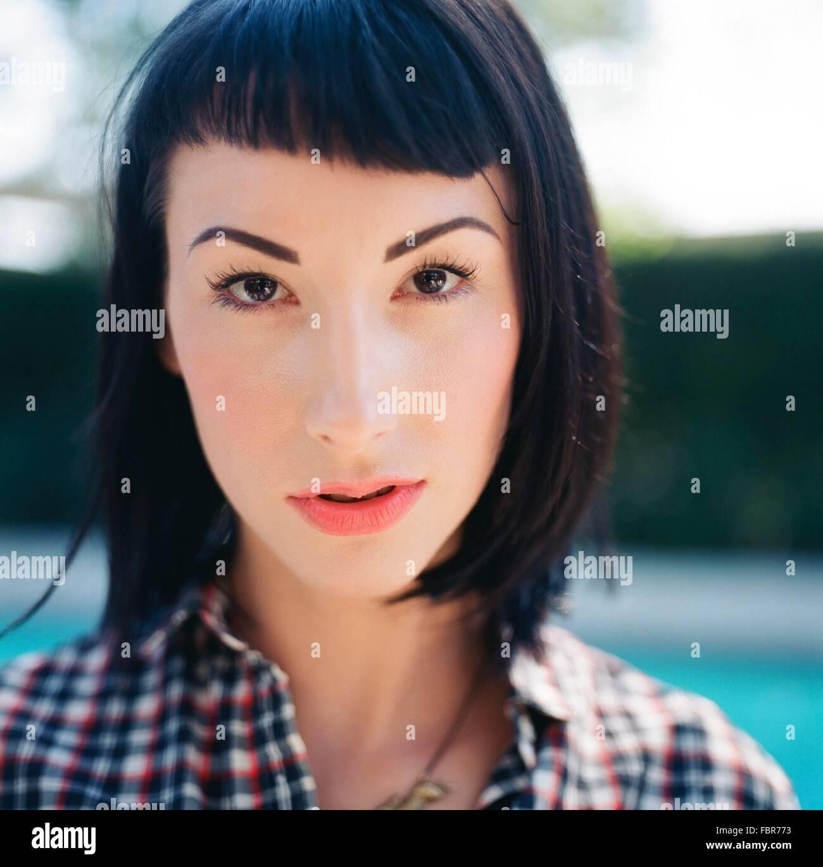 Extreme Close up ritratto di un grave Giovane Donna Foto Stock