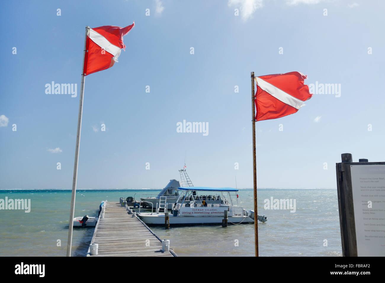 Dive barche ormeggiate, oceano frontiere, East End, Grand Cayman Immagini Stock