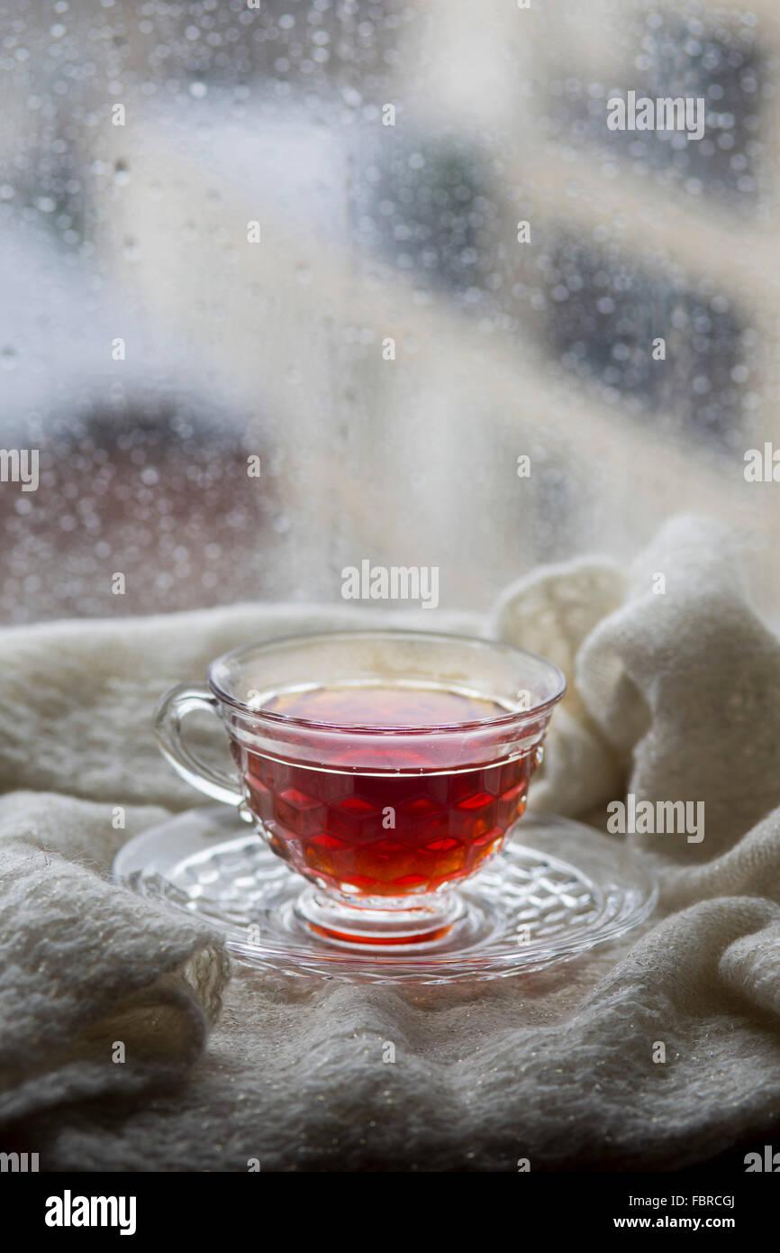 Il tè in una finestra di pioggia Immagini Stock