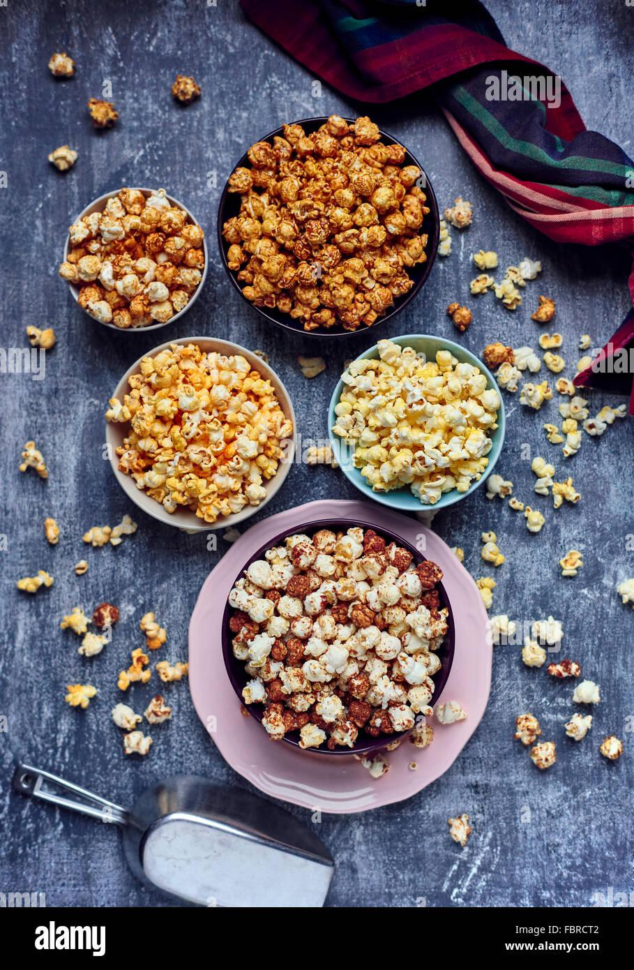 Cinque archi dei vari popcorn aromatizzato Immagini Stock