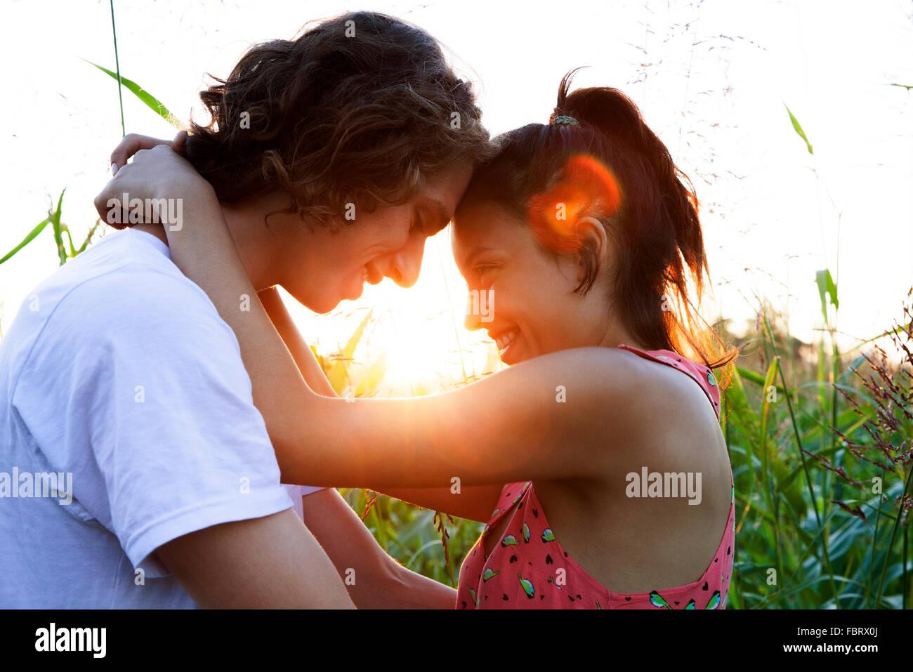 Coppia giovane abbracciando, toccando fronte Immagini Stock