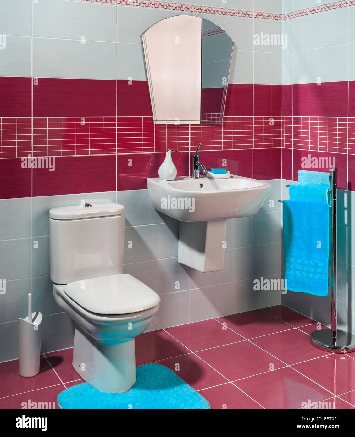Moderno E Confortevole Stanza Da Bagno Con Il Rosso E Bianco Delle