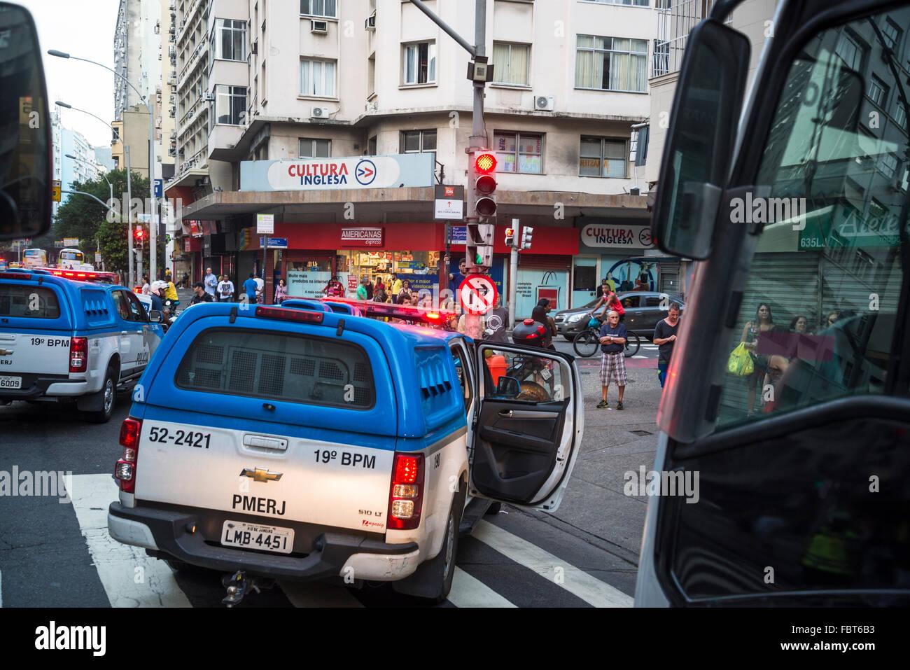 Auto della Polizia bloccando la strada, Copacabana, Rio de Janeiro, Brasile Immagini Stock
