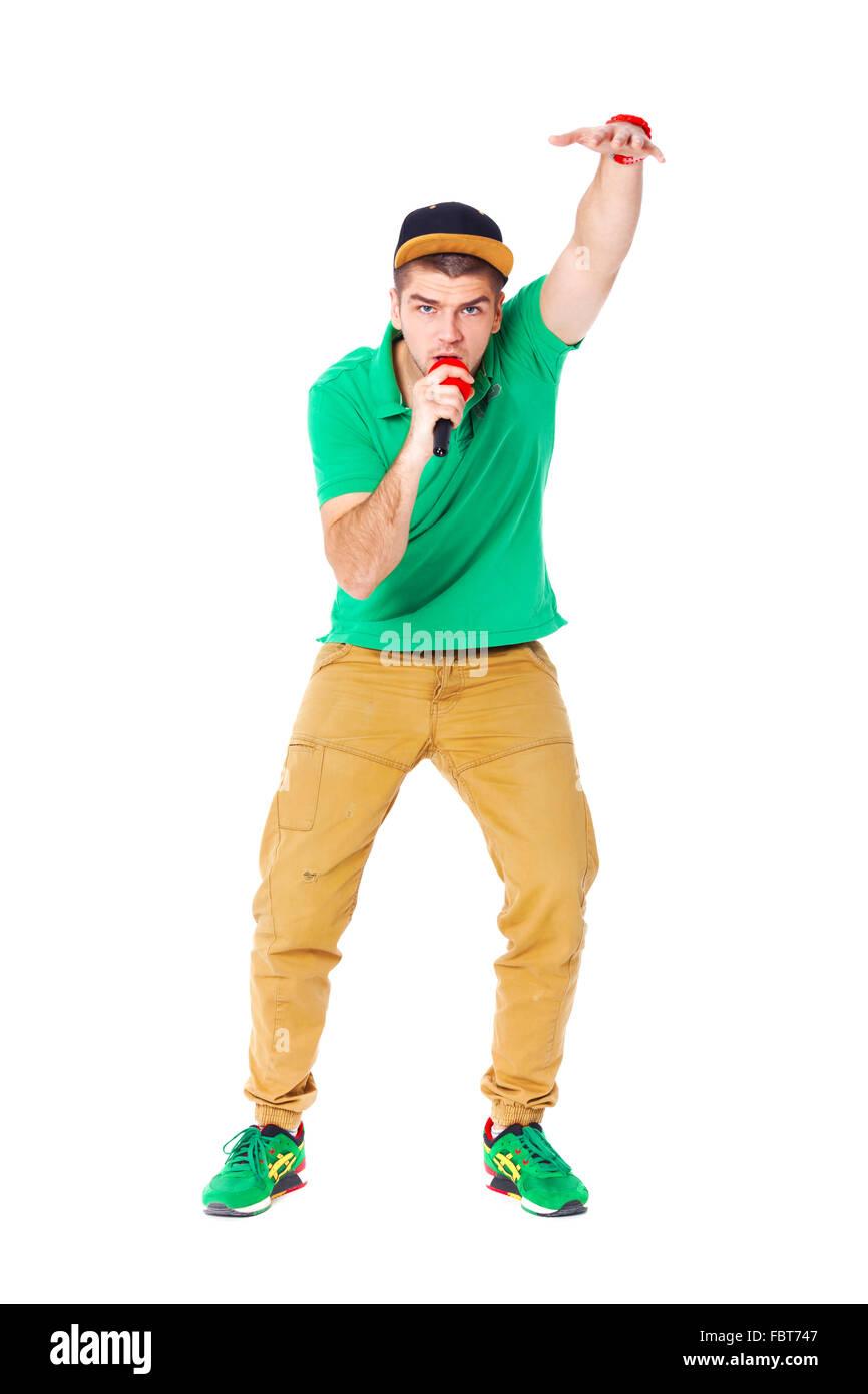 Ritratto di giovane maschio hip tramoggia a cantare in studio isolato su  sfondo bianco. Immagini 6c435fb1beb9