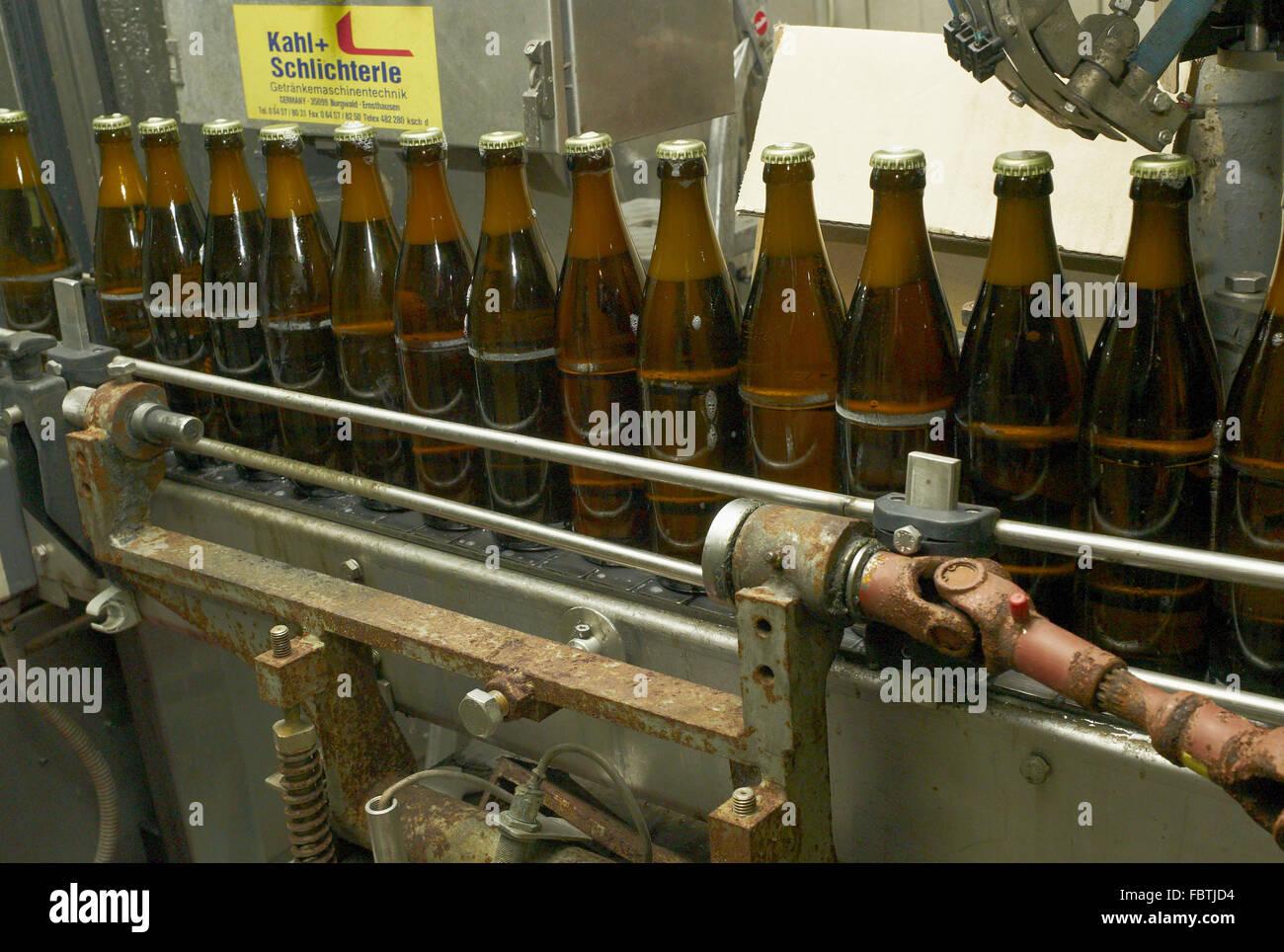 Nell'impianto di imbottigliamento Foto Stock