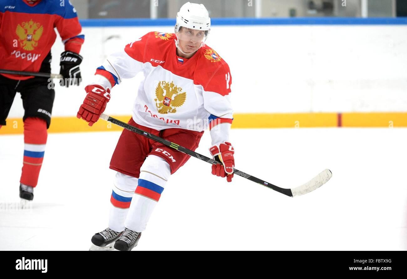 Il presidente russo Vladimir Putin partecipa a una sessione di formazione della notte Hockey League al centro Galaktika Immagini Stock