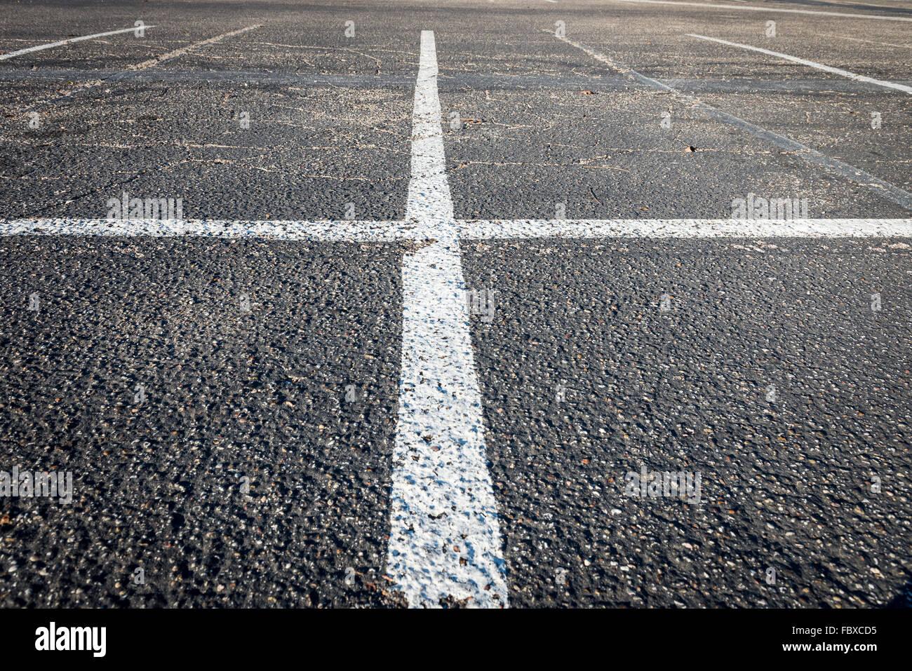 Bianco di due linee di intersezione su asfalto texture del pavimento  Immagini Stock 2a392f4352e