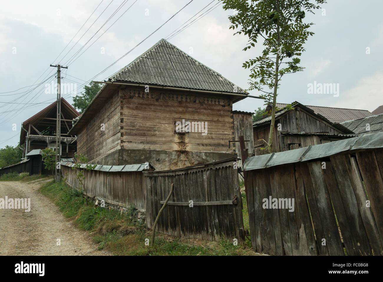 Case In Legno Romania : Strada e case di legno in un piccolo villaggio rurale nel
