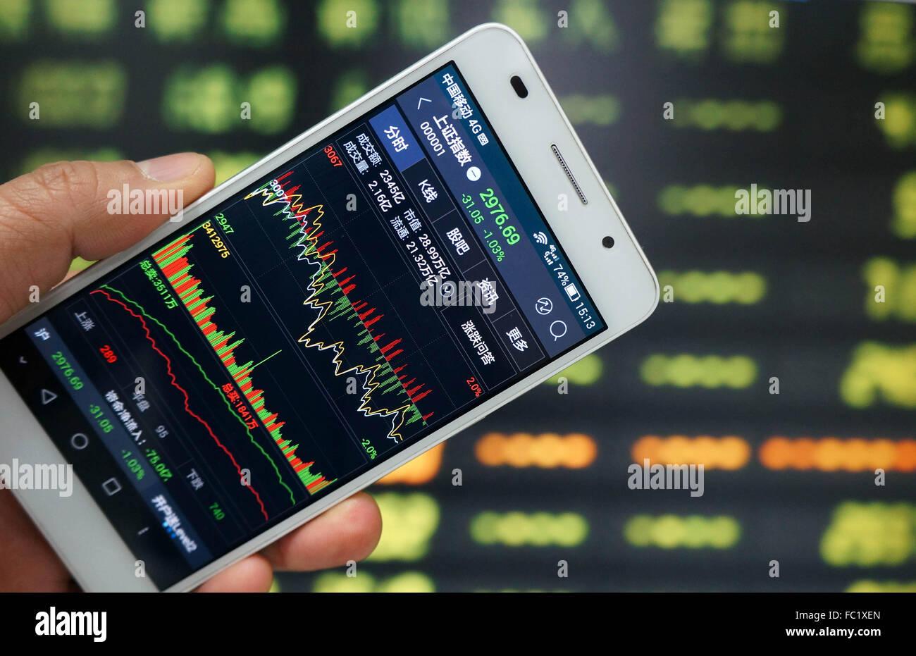 537d7d6292 Un investitore utilizzare il telefono cellulare per mostrare informazioni  di borsa in un mercato azionario in Huaibei, provincia di Anhui, Oriente  Cina il ...