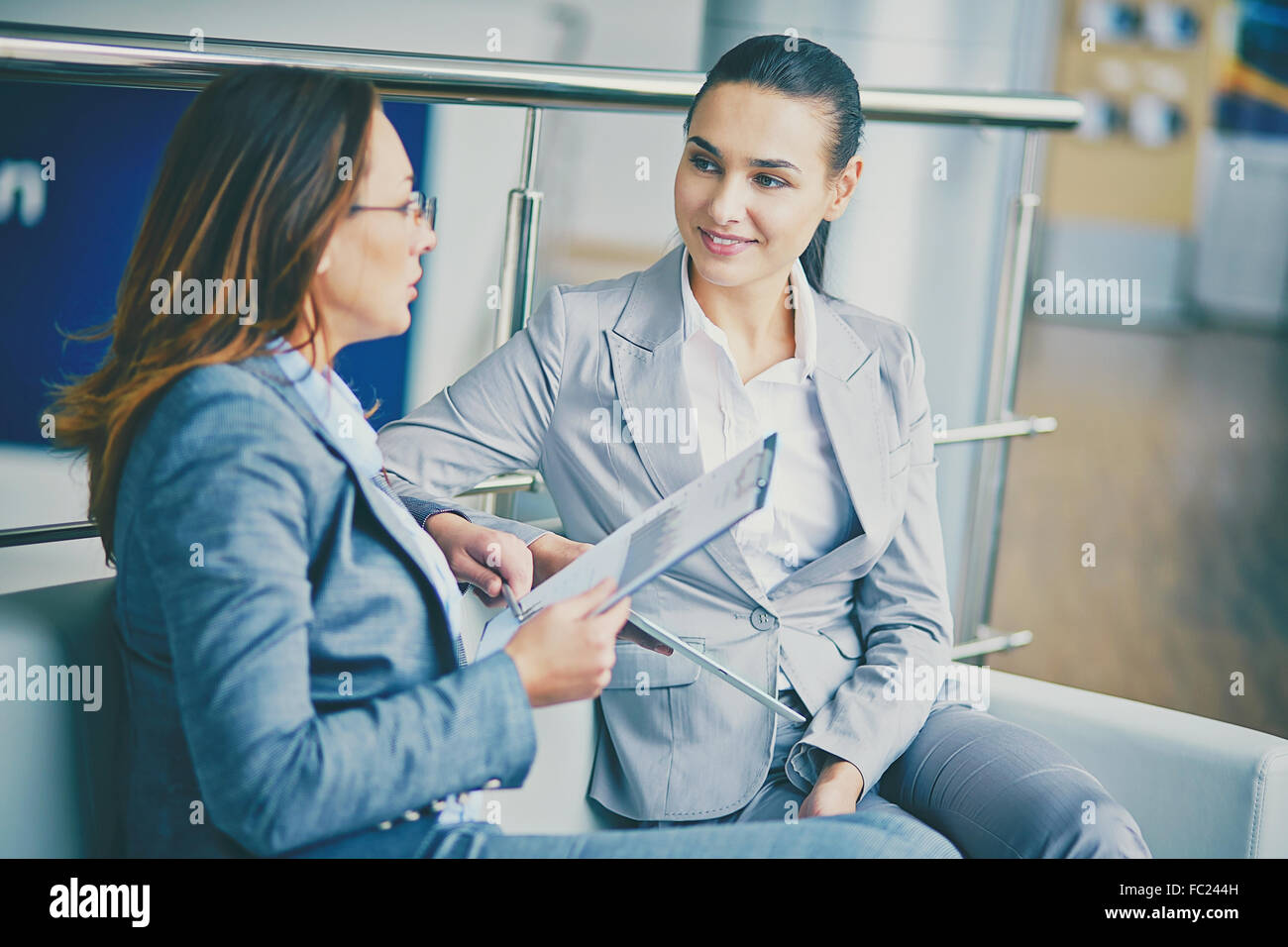 Imprenditrici moderno avente parlare alla riunione Immagini Stock