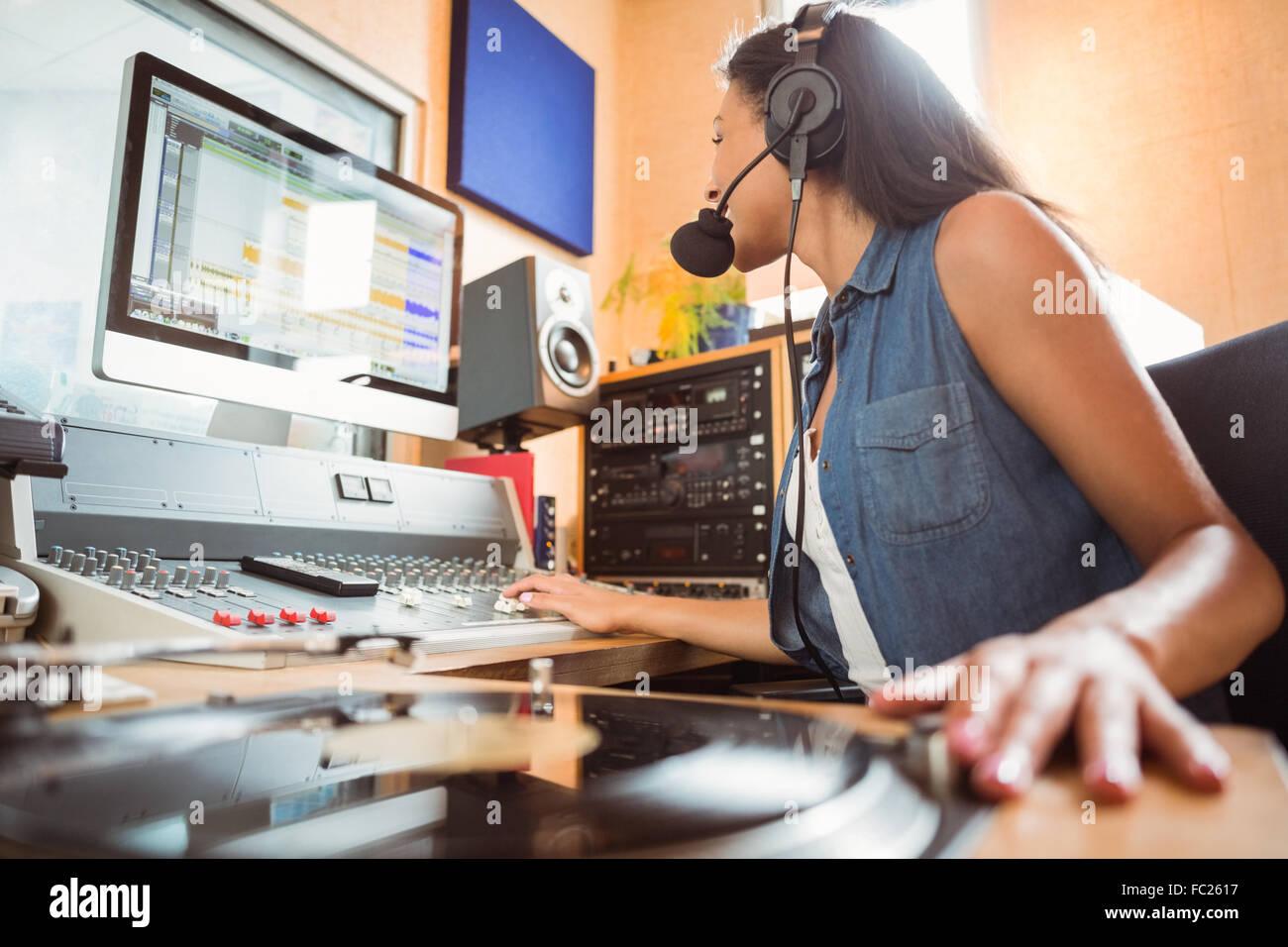 Ritratto di una studentessa universitaria audio di miscelazione Immagini Stock