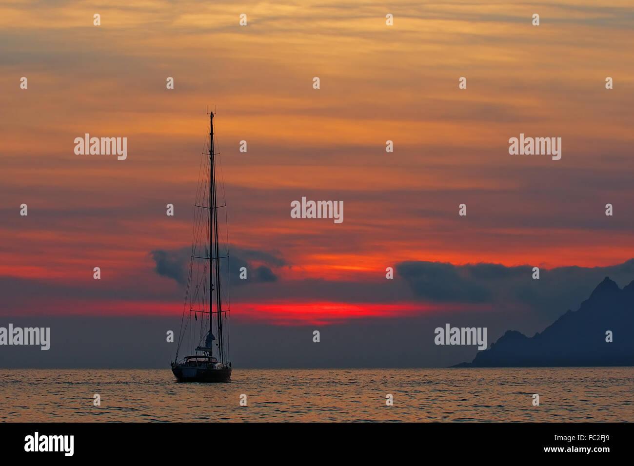 In barca a vela al tramonto - Corsica Immagini Stock