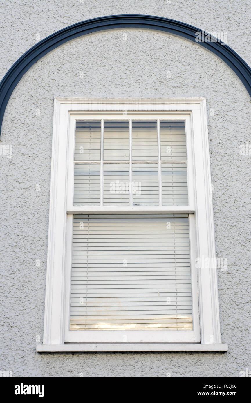 In legno finestra rettangolare ricurva con accento sulla parete in stucco Immagini Stock