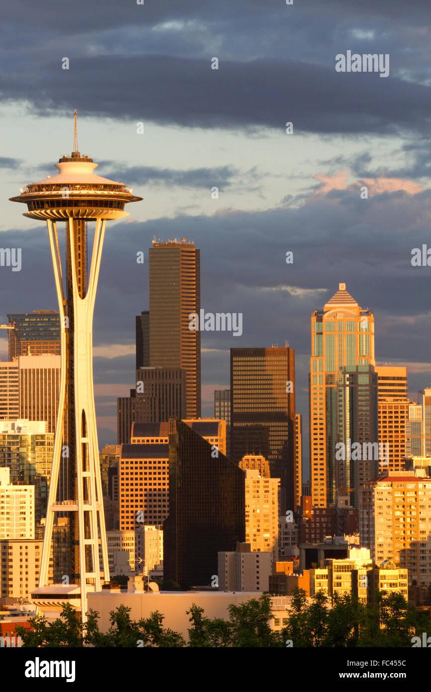 La città di Seattle scape al tramonto con lo Space Needle, Washington, Stati Uniti d'America. Immagini Stock