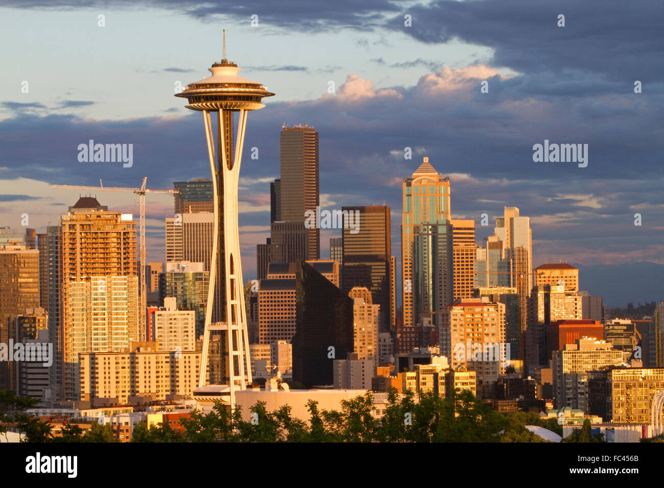 La città di Seattle scape al tramonto con lo Space Needle, Washington, Stati Uniti d'America. Immagini Stock