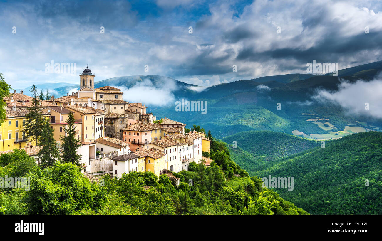 Palazzetto gentilizio Abeto cittadina con belle vedute delle Montagne e gole in Umbria, Italia Immagini Stock