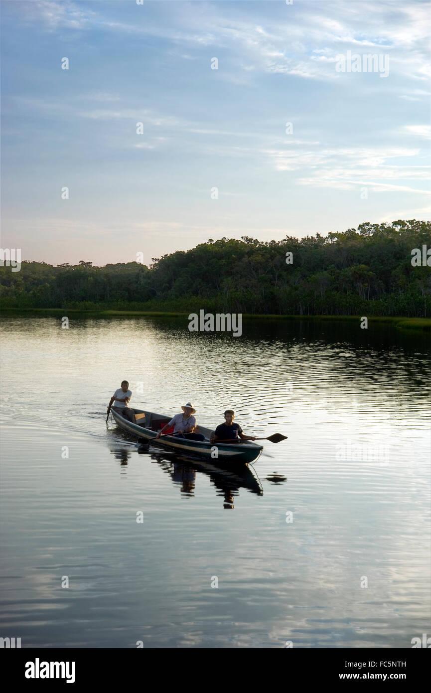 In canoa sul fiume Rio delle Amazzoni in Ecuador Immagini Stock