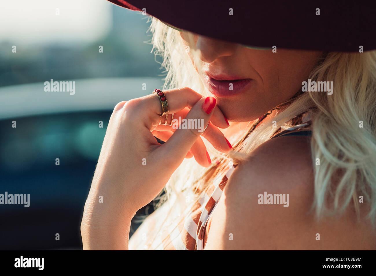 Close up di soggetti di razza caucasica donna che guarda in basso Foto Stock