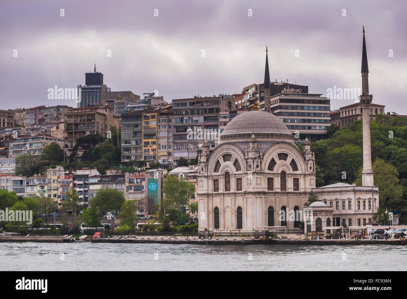 Moschea sulle rive del Bosforo, Istanbul, Turchia, Europa Immagini Stock