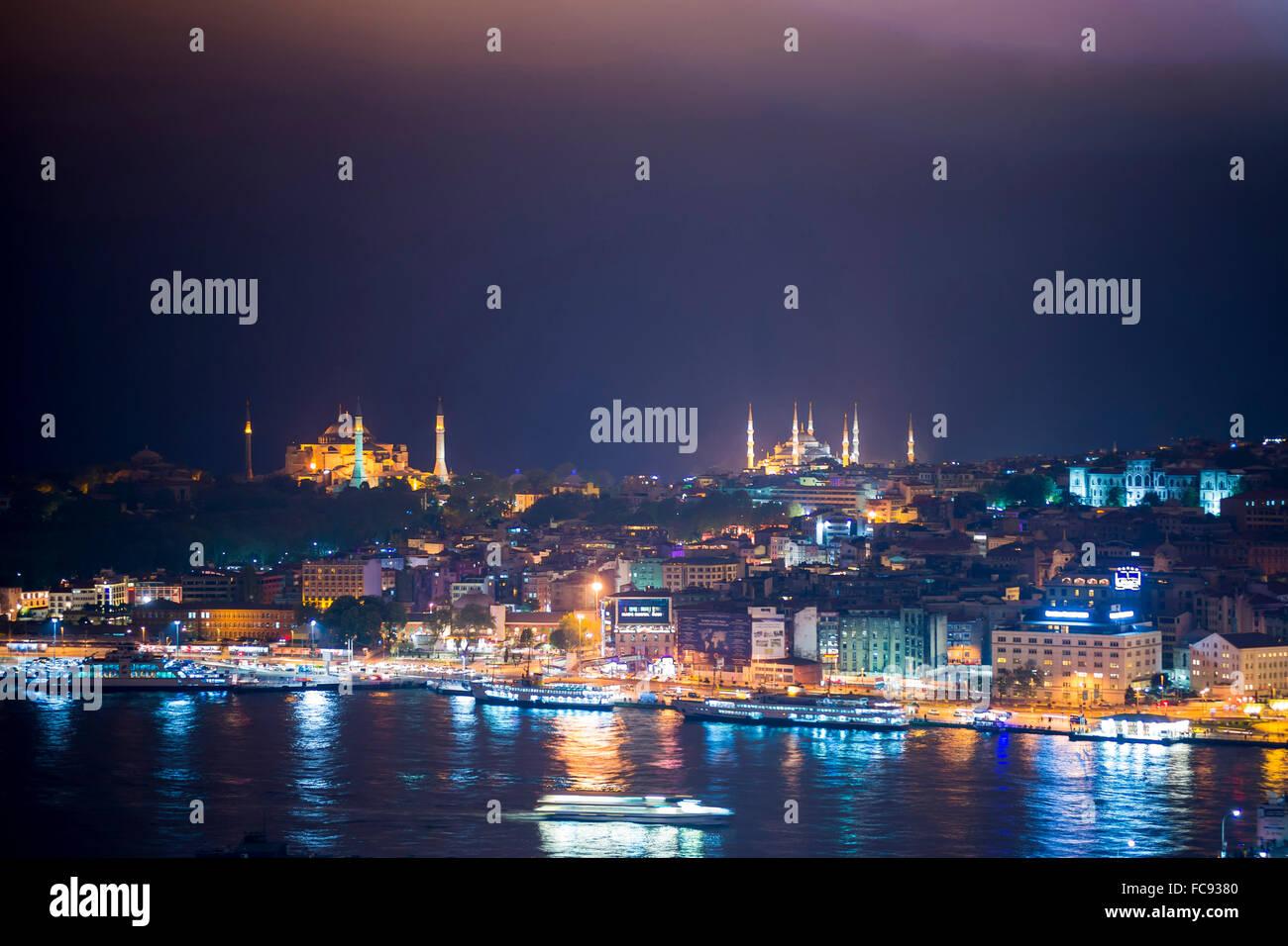 La Moschea blu e Hagia Sophia (Aya Sofya) di notte visto dalla Torre di Galata attraverso il lo stretto del Bosforo, Foto Stock