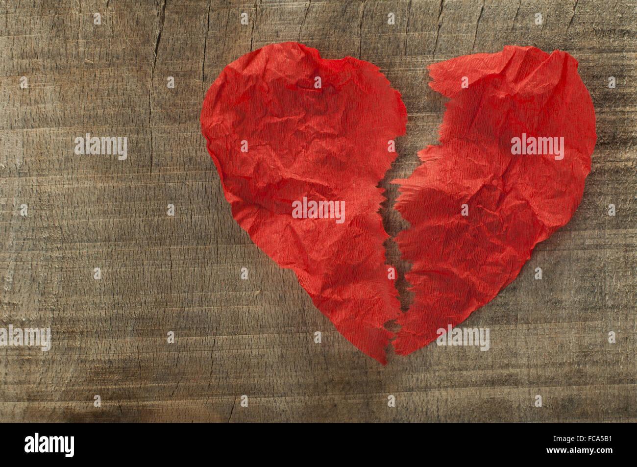 Heartbreak realizzato ΓÇïΓÇïof arricciata carta rossa Immagini Stock