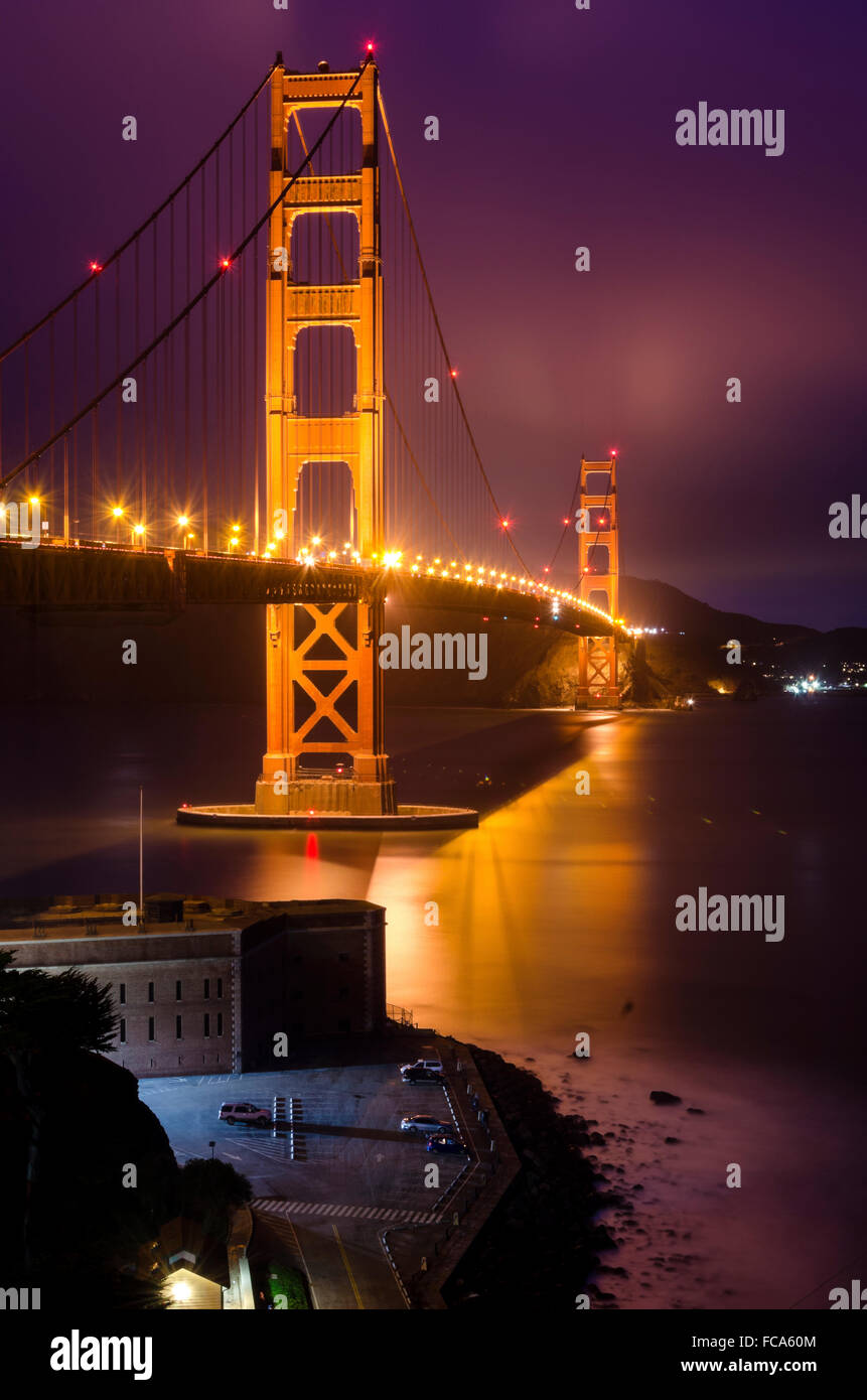 La celebre San Francisco Golden Gate Bridge in California, Stati Uniti d'America. Una lunga esposizione di Fort Immagini Stock