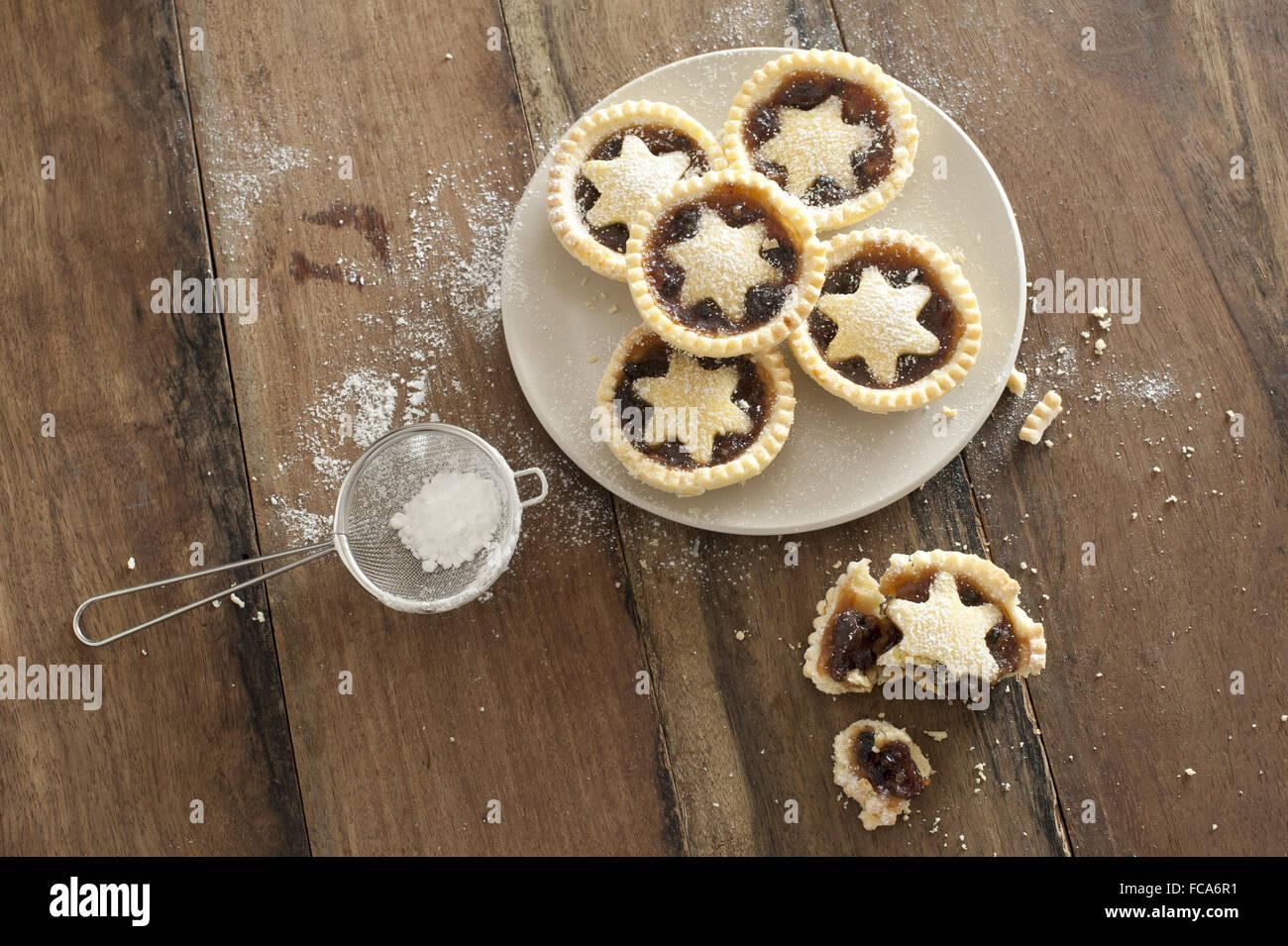 Decorative appena sfornato Natale pasticci di carne macinata Immagini Stock